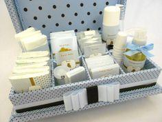 Caixa Kit toillet infantil com nome bordado na tampa. Ideal para festas Infantis, Chás de bebê ou Batizados. Incluso produtos e embalagens personalizadas. Temos outras opções de tecidos e fitas. Consulte lista de produtos inclusos. R$ 329,99
