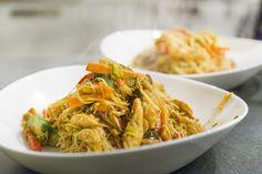 Heerlijke en simpele miehoen singapore die zijn uitgesproken smaak te dank heeft aan de scherpe kerrie. Lekker met groenten, garnalen en ei.