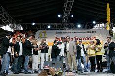 """Nezahualcóyotl, Méx. 15 Junio 2013. Lo mismo que a todos los participantes, el director de Cultura Eleazar Centeno entregó públicamente un reconocimiento a los miembros de la banda """"Cocuy"""", por su participación en este encuentro cultural denominado """"Folklor y Recreación""""."""