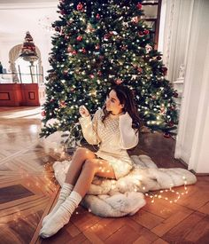 how to keep your New Years resolutions last further than by february? here's a scientific reason why! (the image shown in pin doesn't belong to the author of this article and it's purely for reference) Christmas Photography, Winter Photography, Photography Poses, Christmas Portraits, Days Till Christmas, Foto Casual, Winter Photos, Girl Photos, Photoshoot