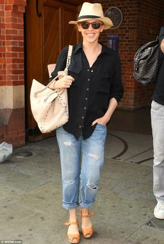 Hats off to her! Kylie Minogue looked cool and casual as she arrived at London's St Pancras International via the Eurostar on Thursday Kyle Minogue, Kylie Minogue Hair, Kylie Hair, Lovely Dresses, Beautiful Outfits, Love Fashion, Fashion Beauty, Spring Sandals, Good Poses