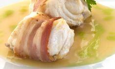 Receta de lomos de rape envueltos en panceta acompañados de una salsa ligera de alubias blancas y acompañado de una aceite de pimiento.