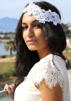 Headband mariage dentelle Sublime : ultra chic, merveilleusement romantique, ce très élégant headband mariage en dentelle brodé de perles donnera à votre coiffure de mariée une note résolument glamour.