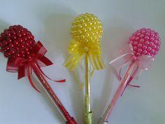 Canetas  decoradas em pérolas Homemade Gifts, Diy Gifts, Wedding Bridesmaid Bouquets, Handmade Christmas Crafts, Flower Pens, Mehndi Decor, Pencil Toppers, Spring Crafts For Kids, Baby 1st Birthday