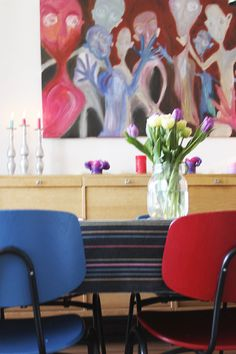 """Kansalaisopiston vanhat tuolit sai pirteät värit """"Hyypiöt"""" taulusta."""