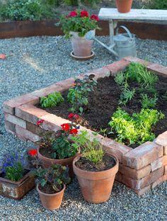 Jag fick önskemål om att skriva om hur jag murat min pallkrage och gjort kryddlandet till trädgården. Såklart kan jag göra det! Jag odlar gärna i upphöjda