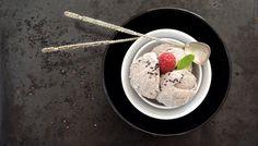 V jedné japonské restauraci jsem ochutnala černou zmrzlinu, která mě absolutně nadchla. Hned na místě jsem zjišťovala detaily a po pár dnech si ji zkusila připravit i doma. Tradiční japonská zmrzlina se připravuje z opraženého černého sezamu. Já vyzkoušela i obměnu s (v našich končinách tradičnějším) mákem, klasickou smetanu jsem ...