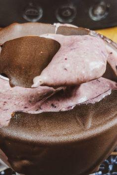 Το πιο νόστιμο, εύκολο milkshake κεράσι που είναι ιδανικό και για vegans. No Sugar Desserts, Milkshake, Pancakes, Cookies, Breakfast, Food, Crack Crackers, Morning Coffee, Sugar Free Desserts
