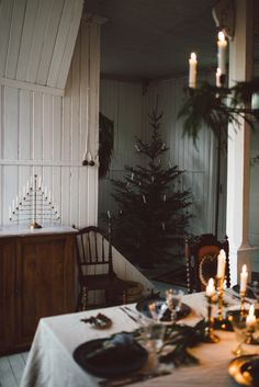 Love the natural Christmas decorations and candles!