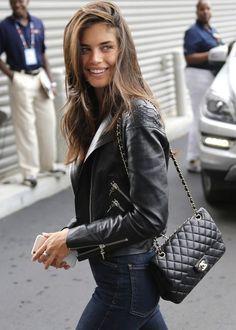 Bag Designer bag Chanel Shoulder bag Black outfit Leather jacket Biker jacket Brown hair Girl Inspiration More on Fashionchick Look Fashion, Trendy Fashion, Fashion Models, Womens Fashion, Fashion Black, Lolita Fashion, Fashion Designers, High Fashion, Best Street Style