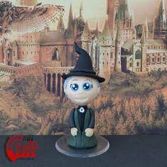 Mini Cult Minerva McGonagall, personagem da série Harry Potter, escrita por J. K. Rowling. <br> <br>Produto sob encomenda. Consulte prazos de produção e envio. <br>Valor unitário. <br> <br>Material: biscuit; base acrílica redonda. <br>Altura aproximada: 9cm.