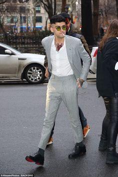 Zayn Malik maintains his rocker aesthetic in retro glasses Estilo Zayn Malik, Zayn Malik Style, Zayn Malik Photos, Zayn Malik Fashion, Zayn Mallik, Niall Horan, Blazer Outfits Men, Casual Outfits, Zayn Malik Hairstyle