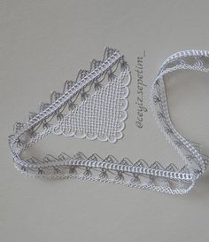 This Pin was discovered by Müg Crochet Crafts, Crochet Projects, Needle Lace, Lace Making, Lace Collar, Quilling Jewelry, Baby Booties, Tatting, Diy And Crafts