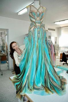 Blanka Matragi Róbu od Blanky Matragi obdivovala i britská královna! Evening Dresses, Prom Dresses, Formal Dresses, Wedding Dresses, Aqua Dresses, Hippie Dresses, Dress Prom, Elegant Dresses, Beautiful Gowns