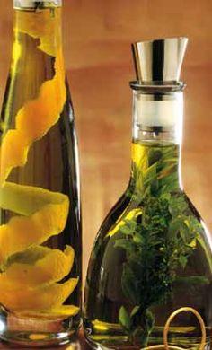 Olio profumato alle erbe Ingredienti: per circa 3/4 di litro olio extravergine cl 750 - 4 rametti di maggiorana - 4-5 rametti di mirto e 5 di timo. Tempo: 5' più la macerazione Legate le erbe a mazzetto e immergetele nell'olio. Lasciate macerare per due settimane abbondanti. Così preparato, l'olio si conserva per 2 mesi.