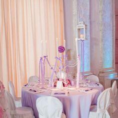 Allestimento per la sala da pranzo. #wedding #lilla #purple #allestimento #lanterna #candele #fiori #nozze #ideas www.castellodegliangeli.com