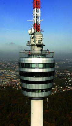 Hoch über Stuttgart wacht der Fernsehturm über der Stadt