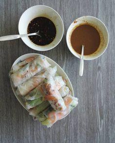 Vietnamilaisia kesärullia kahdella kastikkeella, toinen on soijapohjainen ja toinen maapähkinävoi