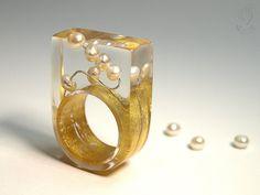 Rundblick – Abstrakter Perlen-Ring mit echten weißen Perlen auf Silberdraht und mit Blattgold belegten Ring in Gießharz