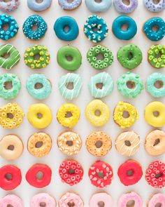 Rainbow of donuts via Oh Happy Day Rainbow Donut, Colorful Donuts, Cute Donuts, Delicious Donuts, Cupcakes, Upcycled Crafts, Diy Crafts, Donut Recipes, Cute Food