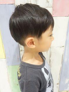 丸みを残した、上品なお兄さんツ―ブッロックスタイル!! サイド、襟足一周刈り上げてます。 -こども専門の美容室「チョッキンズ」- Baby Boy Hairstyles, Toddler Boy Haircuts, Cool Hairstyles, Bowl Haircuts, August Baby, Bowl Cut, Baby Boy Fashion, Hair Makeup, Hair Cuts