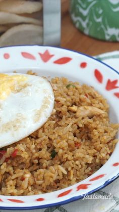 1 lb Rice 2 eggs lb chicken, diced 3 cloves garlic tsp cayenne 3 tablespoon sweet soy sauce 1 tablespoon Soy sauce Salt as needed Pepper as needed Oil Comida Diy, Malaysian Food, Malaysian Recipes, Indonesian Food, Indonesian Desserts, Cold Meals, Diy Food, Asian Recipes, Food Videos