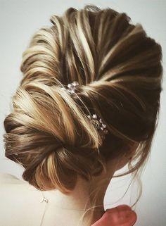 Beautiful half up half down wedding hairstyle idea #weddinghair #hairstyle #updo #weddinhalfuphalfdown #hairupdoideas #hairideas #bridalhair #halfuphalfdown