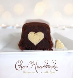 { Herzliches } Ein saftiger Schokoladen-Chai-Kuchen mit kleiner Herzüberraschung! ❤ Made with so much love!
