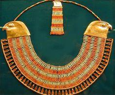 Joyería egipcia se especializaron en las distintas técnicas de trabajo del oro (filigranas, pan de oro). Las joyas egipcias son famosas por sus formas policromadas.