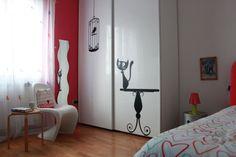 Restyling di una camera per una ragazza. L'armadio bianco lucido è stato valorizzato con degli sticker.