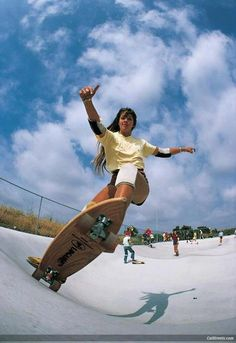 Robin Allaway carlsbad park 1976 photo by warren bolster What a great time to be skating.vert just started to happen in Dog Town, skate parks began to pop up everywhere. Kitesurfing, Girls Skate, Rugby Feminin, Poses Dynamiques, Foto Sport, Robin, Vintage Skateboards, Skateboard Girl, Skateboard Videos