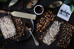 Cadeau gourmand : des tablettes de chocolat maison à la noix de coco, noisettes caramélisées et écorces de fruits confits ! http://www.royalchill.com/2017/12/08/cadeau-gourmand-tablettes-de-chocolat-maison-aux-fruits-confits-coco-ou-noisettes/ #noel #cadeaugourmand #chocolate #chocolat #christmas