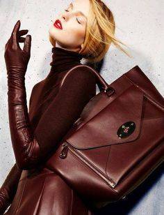 Leather gloves and skirt Fashion leather articles at 60 % wholesale discount prices Brown Fashion, Leather Fashion, Look Fashion, Skirt Fashion, Fashion Handbags, Fashion Bags, Fall Fashion Trends, Autumn Fashion, Glamour Moda