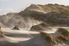 Stuivend zand in de duinen tijdens een noordwester storm op Terschelling