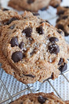 Perfectly chewy and melty, these Chewy Keto Chocolate Chip cookies have a sprinkle of sea salt for the perfect taste and texture. Serve them warm for taste of home! Keto Chocolate Chip Cookies, Keto Cookies, Brownie Cookies, Cookie Bars, Peanut Butter Fat Bombs, Peanut Butter Cookies, Keto Cream Cheese Pancakes, Cooking With Coconut Oil, Coconut Flour