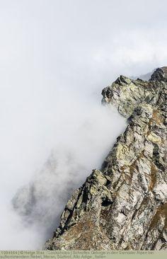 Schroffes Gebirge in den Sarntaler Alpen bei aufkommendem Nebel, Meran, Südtirol, Alto Adige , Italien
