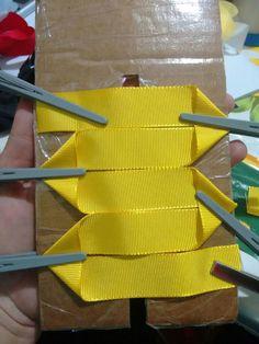 Laço Kanzashi 1 by Tatiana Kar Pinwheel bow or clip This post was discovered by Fi Making Hair Bows, Diy Hair Bows, Diy Bow, Diy Ribbon, Ribbon Work, Ribbon Crafts, Ribbon Hair, Diy Crafts, Baby Bows