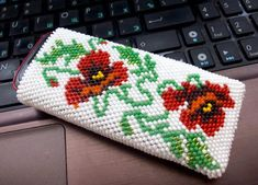 How to Crochet Mobile Cell Phone Pouch for iPhone Samsung - Crochet Ideas Crochet Slippers, Knit Or Crochet, Crochet Gifts, Single Crochet, Beaded Crochet, Bead Crochet Patterns, Flower Patterns, Beading Projects, Crochet Projects