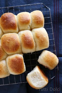 One-Hour Dinner Rolls - soft and fluffy buttermilk dinner rolls, ready in an hour from start to finish! (First attempt was dense, but still tasty. Buttermilk Recipes, Bread Recipes, Baking Recipes, Dinner Rolls Recipe, Recipes Dinner, Biscuit Bread, Le Diner, Bread Rolls, Yeast Rolls