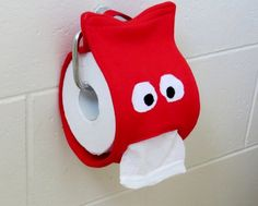 Creating my way to Success: Monster Toilet Paper Dispenser - a novelty gift tutorial Scary Halloween Crafts, Dollar Store Halloween, Fete Halloween, Halloween Labels, Halloween Pumpkins, Halloween Makeup, Halloween Costumes, Diy Toilet Paper Holder, Toilet Paper Dispenser