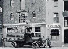 Groningen<br />Groningen 1925: Twee pakhuizen aan de Hoge der Aa. Het eerste van voorheen J. G. Adriani, ijzerhandel. Daarnaast het 15e eeuwse (graan)pakhuis London waarin J. H. Waterborg een zakkenhandel had.