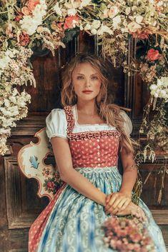 LENA HOSCHEK TRADITION - Frühling/Sommer 2019 ©Rares Peicu - Ossiach Dirndlbluse, Liebling Dirndl #dirndl #naturalstyle #spring #summer #lenahoschek #tradition #tracht #lenahoschektradition #österreich #austria
