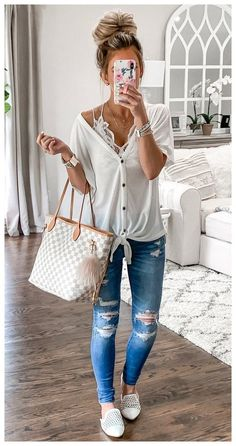 chic summer outfits These summer outfit trends are perfect for warm weather. Soak up the sun, the heat and cool off with these gorgeous summer outfit trends. Try our favorite, this Cute Spring Outfits, Simple Outfits, Trendy Outfits, Fashion Outfits, Womens Fashion, Work Outfits, Classy Outfits, Casual Summer Outfits With Jeans, Spring Outfits Women Over 30