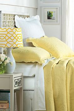 Yellow Cottage, Cozy Cottage, Cottage Style, White Rooms, Yellow Rooms, Bedroom Yellow, Bedroom Bed, Dream Bedroom, Bedroom Accessories