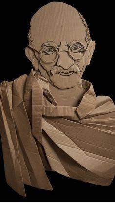 Portret textiel, gemaakt van karton. Door een verschillend aantal lagen is er een gezicht ontstaan