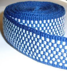 Tangible Daydreams: More inkle weaving, pattern for this blue band Inkle Weaving Patterns, Weaving Textiles, Loom Patterns, Card Weaving, Weaving Art, Loom Weaving, Finger Weaving, Inkle Loom, Braids With Weave