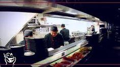 De keuken van het restaurant. Het ziet er erg schoon en netjes uit, hiermee informeren ze de klant dat ze schoon werken.