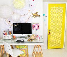 Que porta amarela! Essa cor me faz brilhar os olhos, junto com toda essa luz. Quero trabalhar assim!