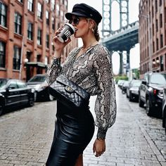 🐯One more day, one more animal printed look. This time Shoppisticated rendered in snake print and paired with a statement leather skirt. Blusas Animal Print, Animal Print Blouse, Simple Outfits, Fall Outfits, Fashion Outfits, Animal Print Fashion, Fashion Prints, Jet Lag, Snake Print Pants
