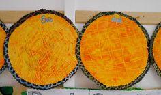 Ayla Paupiette fond à la craie jaune, recouvrir d'un mélange vernis-colle et encre orange (ne pas hésiter à bien couvrir ), puis avec le manche d'un pinceau fin faire tout de suite le quadrillage Petite Section, Princesses, School, Diy, Carnival, King Cakes, Kings Crown, Pancake Day, Do It Yourself